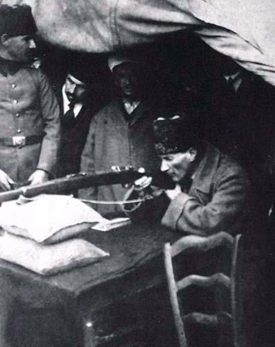 Atatürk atış yaparken - www.turkosfer.com