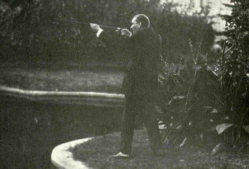 Atatürk baston silahını denerken - www.turkosfer.com