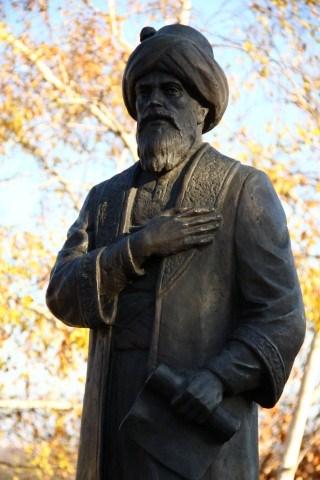 Budapeşte'deki Gül Baba Heykeli - www.turkosfer.com
